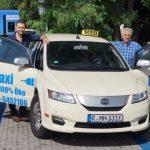 Erstes chinesisches Elektrotaxi fährt durch Regensburg