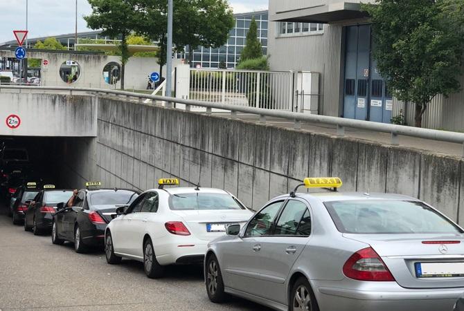 Wartende Taxis am Flughafen. Außerhalb der Stuttgarter Innenstadt wären diese Kollegen wohl nicht von einem Fahrverbot betroffen.