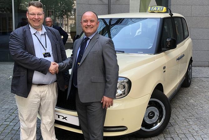 Dirk Holl, Prokurist der Taxi-Holl Edeltraud Holl und Phil Henrick, Head of Sales LEVC Foto: Taxi-Holl
