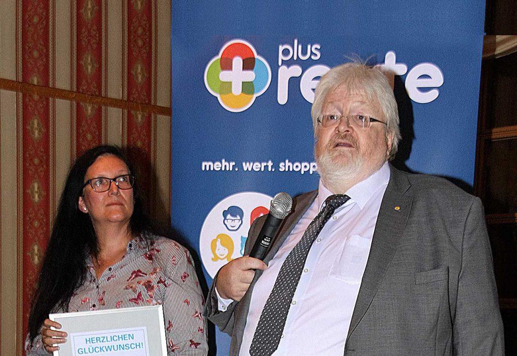 Michael Müller überreichte an die Jubilarin Marion Sombrutzki eine Gratulationsurkunde der Fachvereinigung Taxi und Mietwagen des GVN