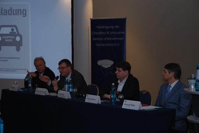 Heyecanlı bir tartışmanın podyumunda: Ulrich Caspar, Prof. Dr. med. Frank Fichert, Jürgen Hartmann, Alexander Müller (soldan sağa) Fotoğraf: Taxi Times