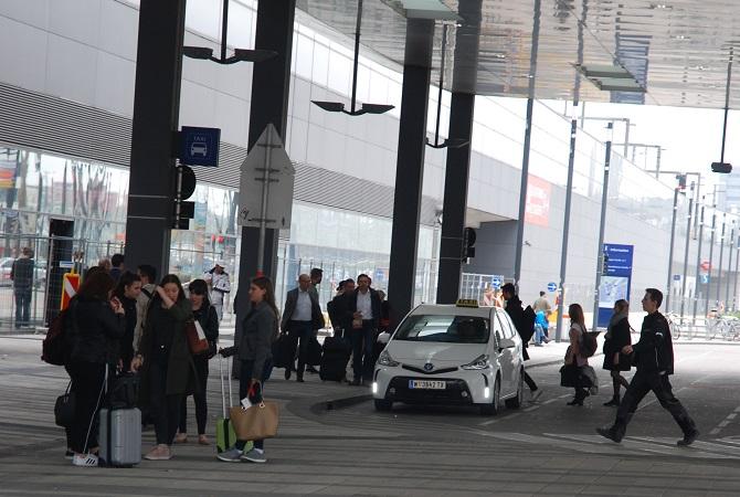 Am Wiener Hauptbahnhof warteten Fahrgäste auf Taxis - die fuhren hupend an ihnen vorbei. Foto Taxi Times