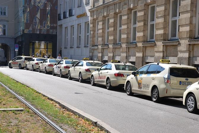 Münchens Taxifahrer fühlen sich von immer mehr unrechtmäßig agierenden Uber-Partnern an den Rand ihrer Existenz gedrängt. Symbolfoto: Taxi Times